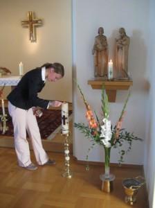 040 Kersti Schw. Edels granniese tenner lyset som sr. Edel fikk i gave av slektninger