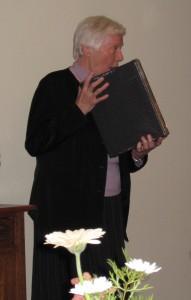 IMG_1383 Andrea presenterer bokene